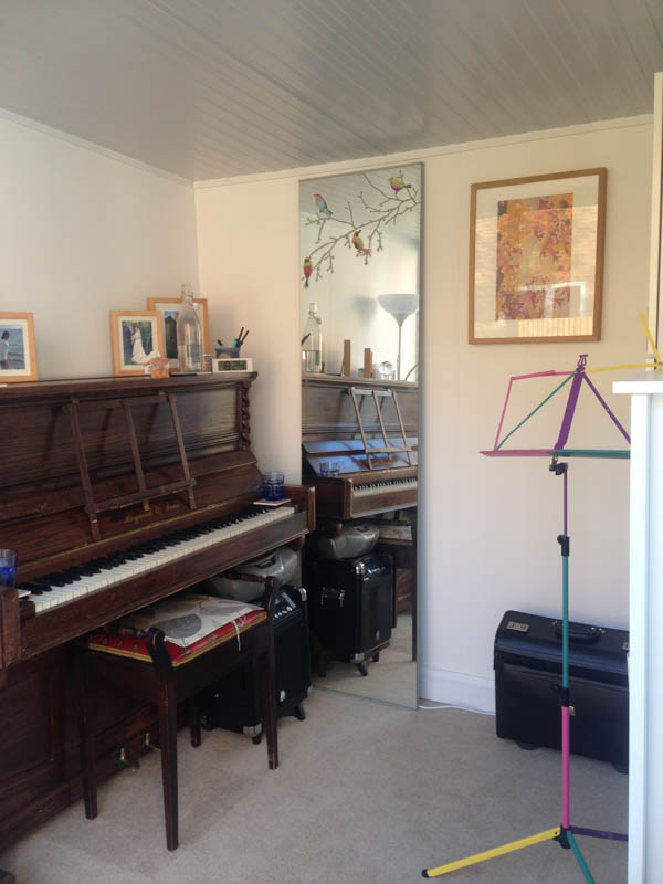 compact-garden-room-just-right-for-a-music-teacher-3