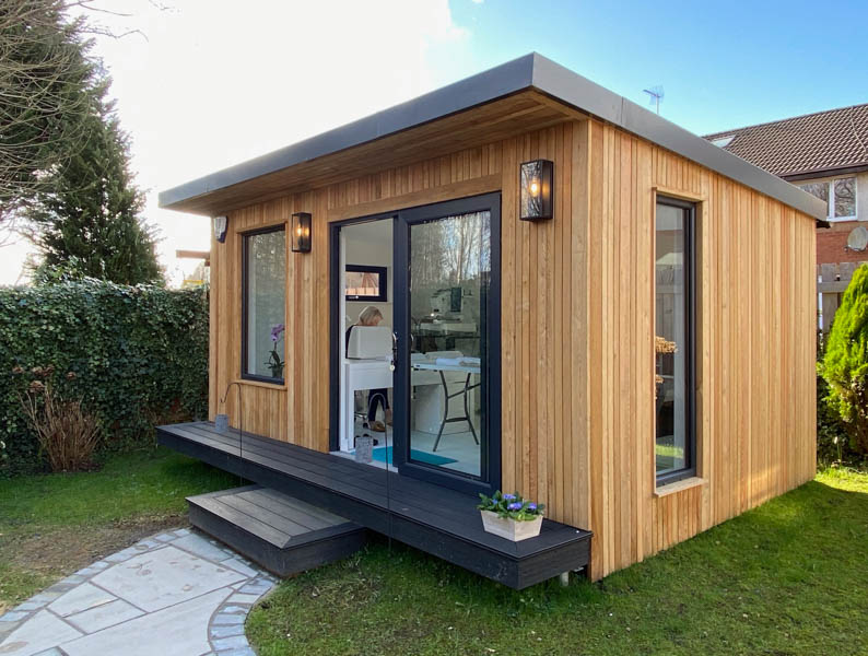 Garden workroom with a mix of windows by Outside In Garden Rooms
